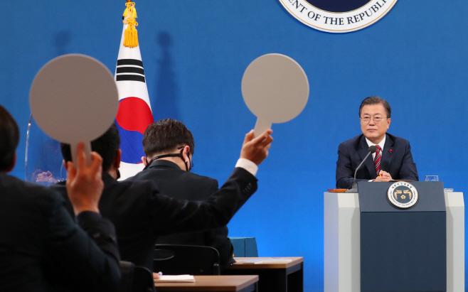 신년기자회견 질문 받는 문재인 대통령