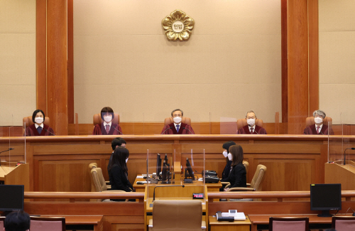 대심판정 들어선 헌법재판관들