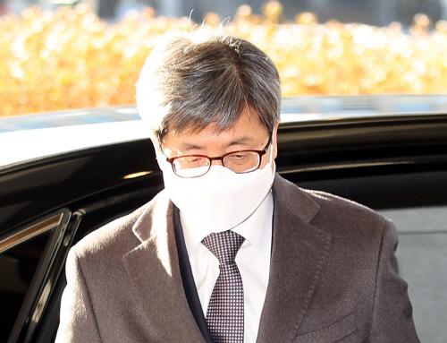 '법관 탄핵' 표결하는 날 출근하는 김명수 대법원장