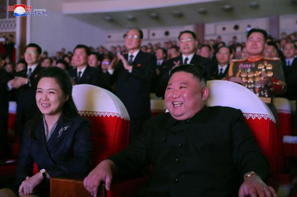 북한 김정은, 리설주와 기념공연 관람…리설주 1년여만에 모습 보여