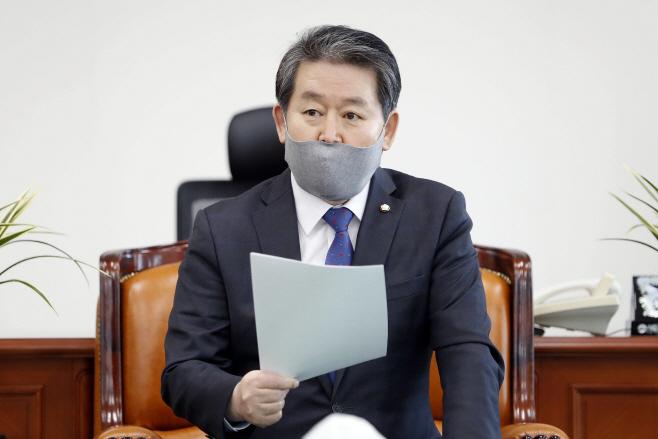 기자회견하는 김경협 정보위원장