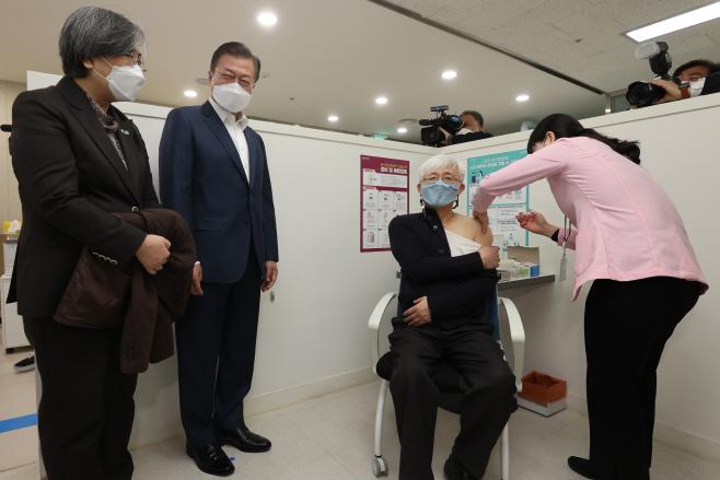 백신 접종 지켜보는 문재인 대통령