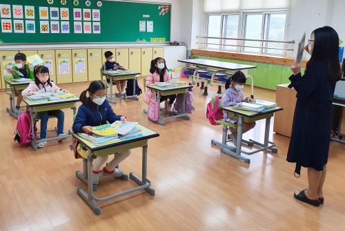 등교한 초등학교 학생들