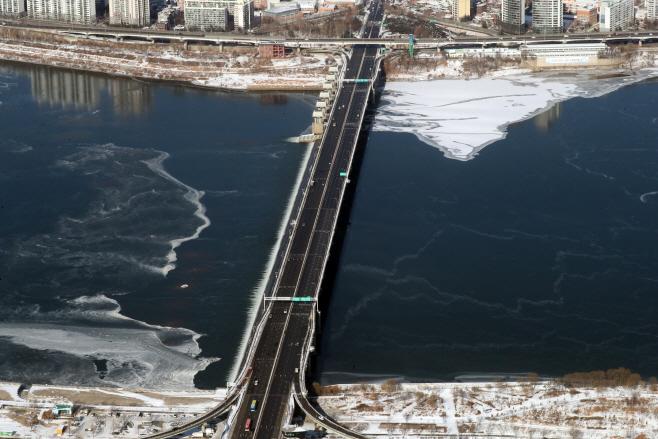 '북극 한파'에 얼어붙은 한강 잠실대교 주변<YONHAP NO-2485>