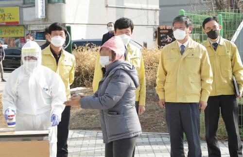 동두천 임시선별진료소 찾은 이용구 차관
