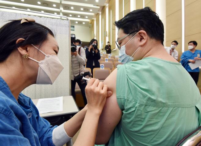 코로나19 백신 접종받는 서울대병원 의료진<YONHAP NO-2659>