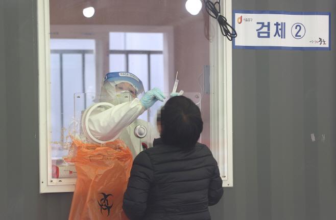 '코로나19 주말 검사'<YONHAP NO-1683>