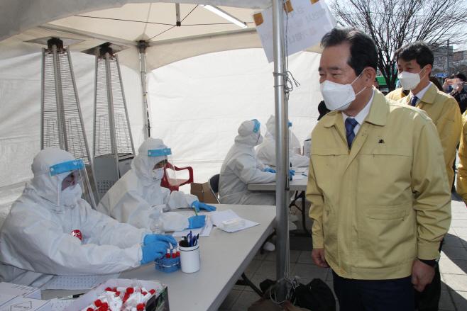 외국인 밀집지역 임시선별진료소 찾은 정세균 총리