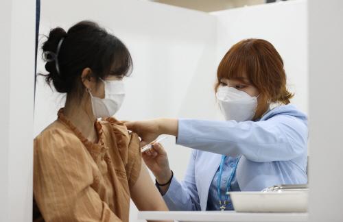예방접종센터 개소 하루 앞두고 백신 접종 예행 연습