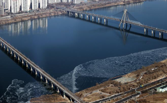 가장자리부터 얼어붙는 한강<YONHAP NO-3820>
