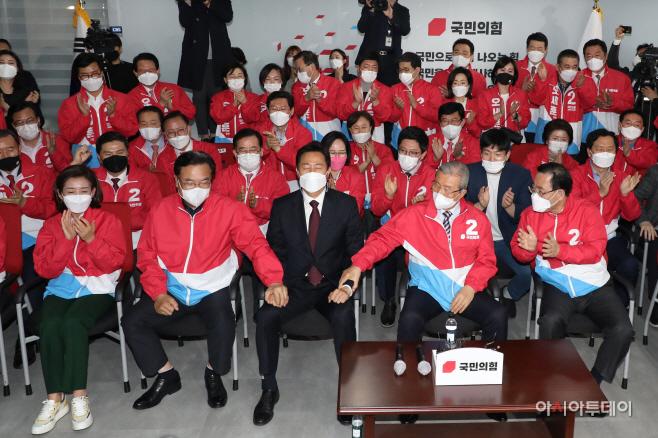 [포토] 박수 받는 오세훈 국민의힘 서울시장 후보