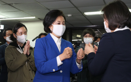 안국캠프 관계자들과 인사하는 박영선 후보<YONHAP NO-5229>