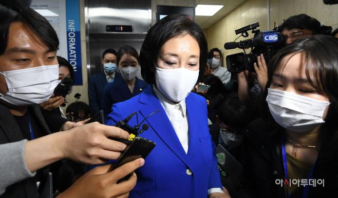 [포토] 지도부 면담 마친 뒤 당사 나서는 박영선 후보