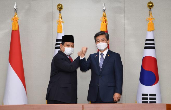 기념 촬영하는 서욱 장관과 프라보워 장관