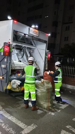 (사진2) 새벽에 폐기물을 수거하는 환경미화원 작업사진