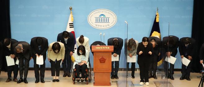 허리숙여 인사하는 민주당 초선 의원들<YONHAP NO-3568>