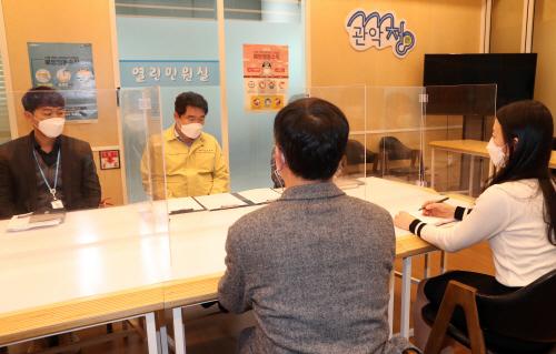 박준희 관악구청장이 주민과 만남을 가지고 있다2