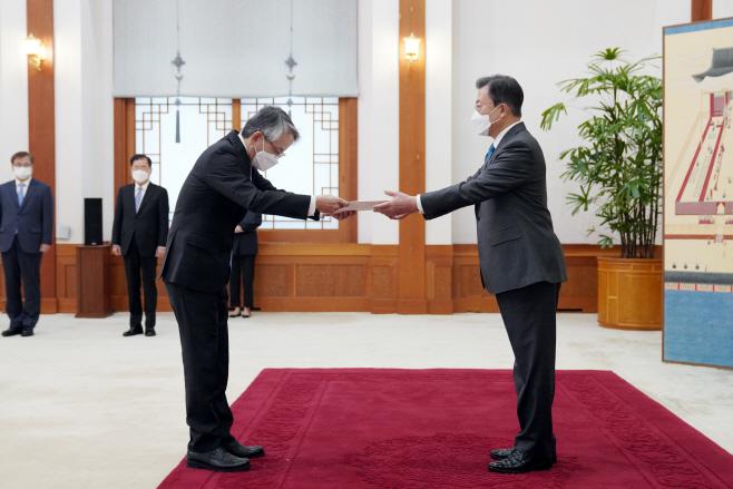 주한 일본 대사 신임장 받는 문 대통령
