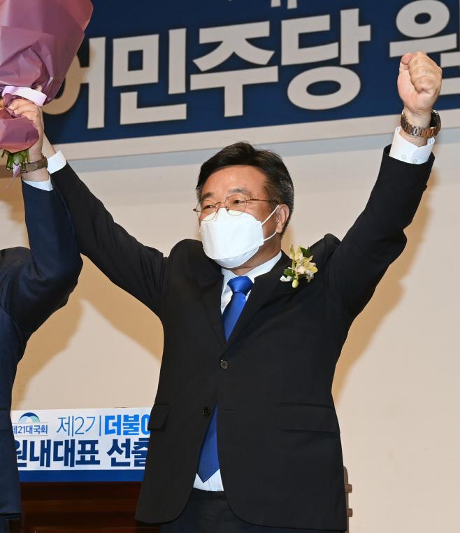 인사하는 민주당 윤호중 신임 원내대표<YONHAP NO-3342>