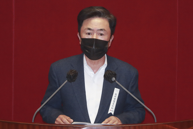 토론하는 김태흠 의원<YONHAP NO-4188>