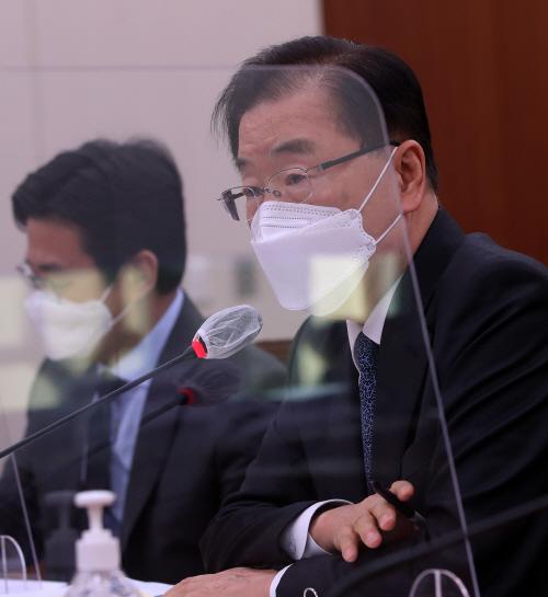 답변하는 정의용 외교부 장관