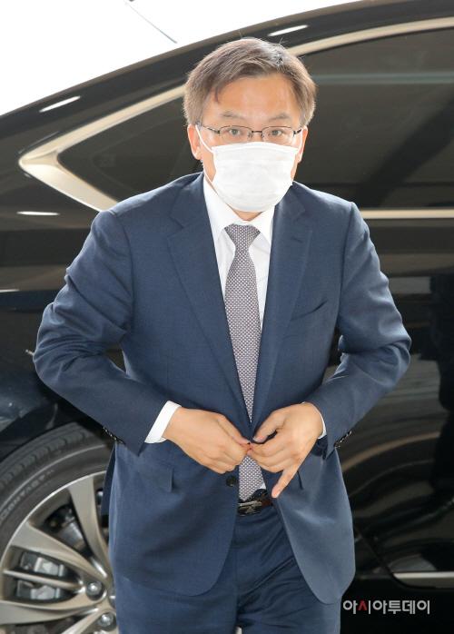 [포토] 정부청사 들어서는 조남관 검찰총장 직무대행