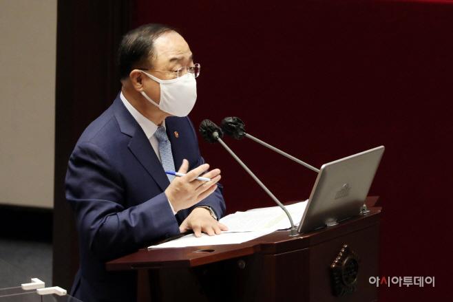 [포토] 홍남기 국무총리 직무대행 '경제 회복세…올해 3% 중반대 성장 가능'