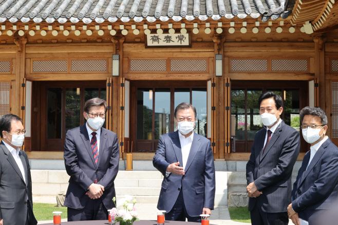 서울시장, 부산시장과 환담하는 문 대통령