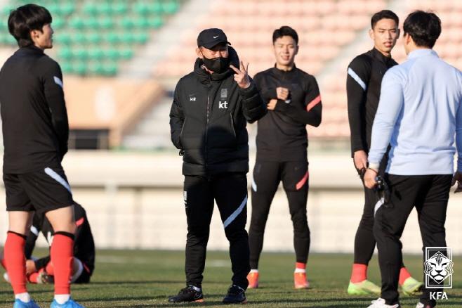김학범 감독과 선수들