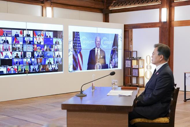 미국 대통령 발언 듣는 문재인 대통령