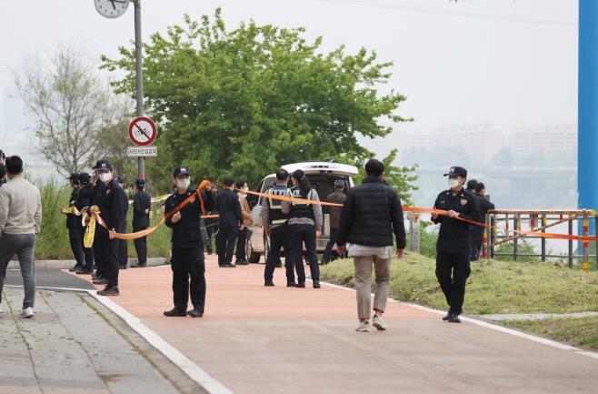 한강에 폴리스라인 설치하는 경찰들<YONHAP NO-3787>