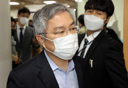 법정 향하는 최강욱 열린민주당 대표<YONHAP NO-2614>