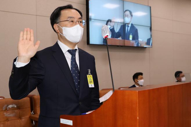 선서하는 문승욱 산자부 장관 후보자