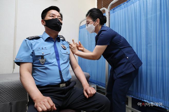 코로나19 백신을 접종하고 있는 김홍희 해양경찰청장