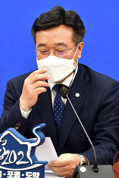 정책조정회의 준비하는 윤호중<YONHAP NO-4242>