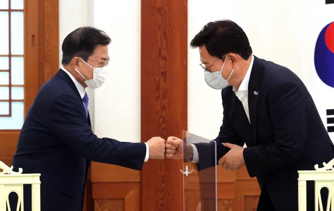 인사하는 문재인 대통령과 송영길 대표