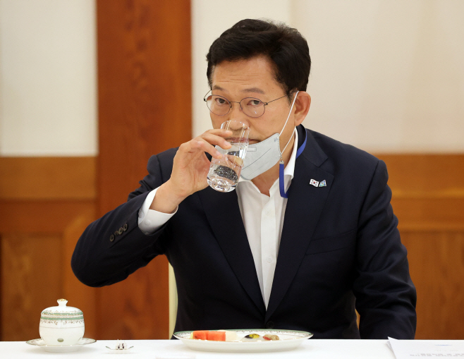 물 마시는 송영길 대표