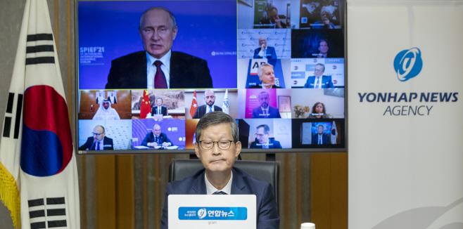푸틴 러시아 대통령 답변 경청하는 조성부 연합뉴스 사장