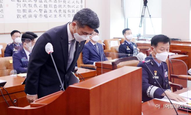 [포토] 고개숙여 인사하는 서욱 국방부 장관