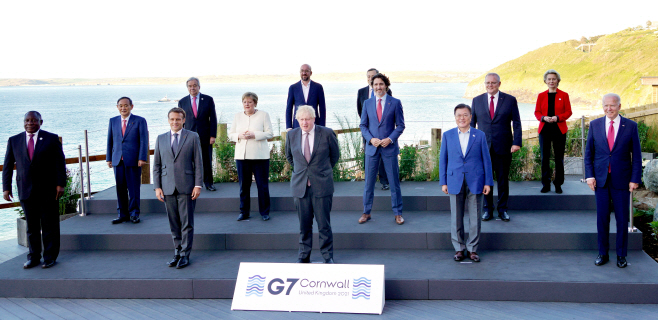 문 대통령, G7 정상과 기념촬영