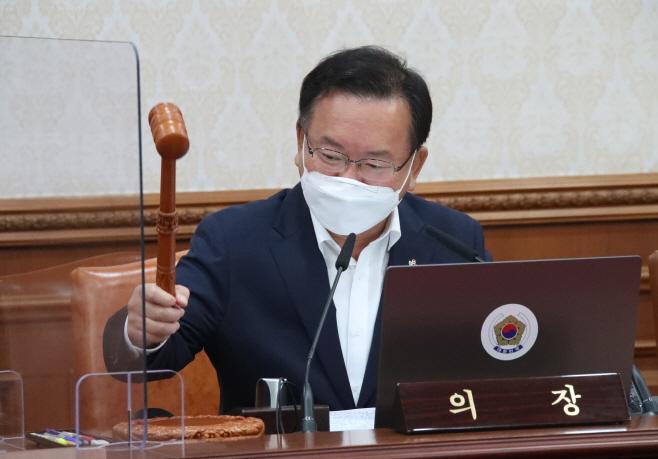의사봉 두드리는 김부겸 총리