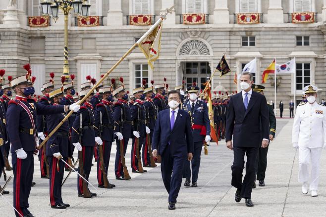 스페인 공식 환영식 참석한 문 대통령