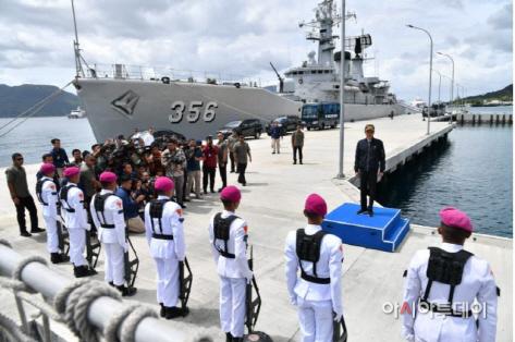 조코위 대통령 나투나섬에서 해군사열 (2020.1.8)