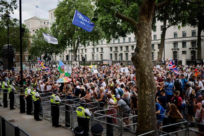 BRITAIN-HEALTH-VIRUS-PROTEST <YONHAP NO-0751> (AFP)