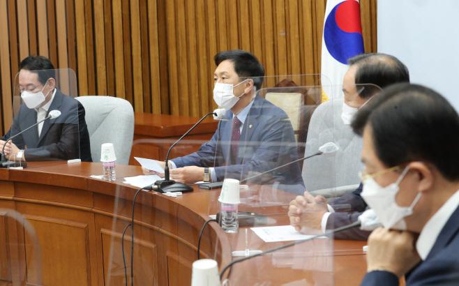 원내회의 발언하는 김기현