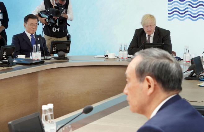 확대회의 참석한 문 대통령과 스가 총리