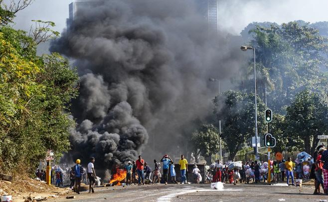 South Africa Zuma Riots <YONHAP NO-0685> (AP)