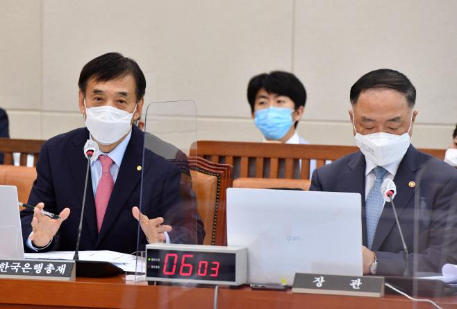 답변하는 이주열 한국은행 총재<YONHAP NO-2089>