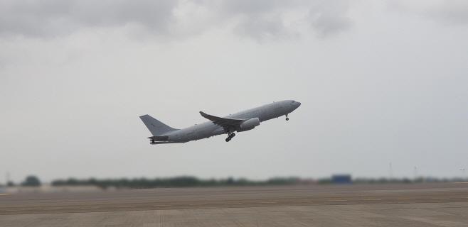청해부대 장병들 태운 군수송기 현지공항에서 이륙