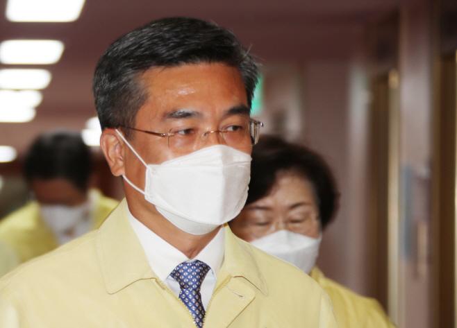 국무회의 참석하는 서욱 장관